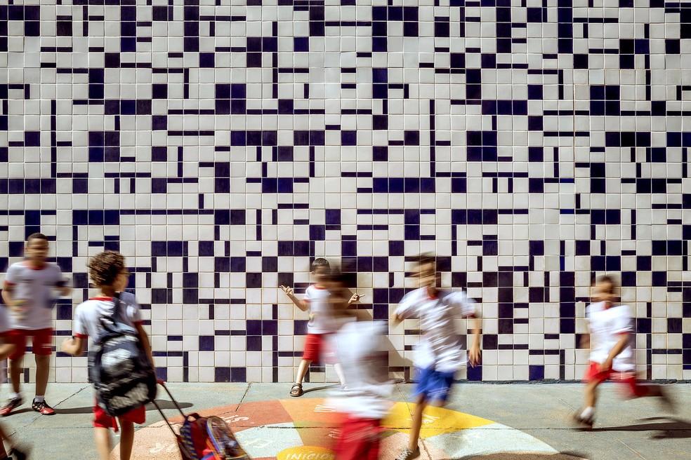 A ideia das releituras era mostrar os brasilienses em interação com as obras de Athos Bulcão — Foto: Edgard Cesar