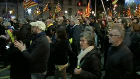 Catalães protestam contra reunião do governo em Barcelona