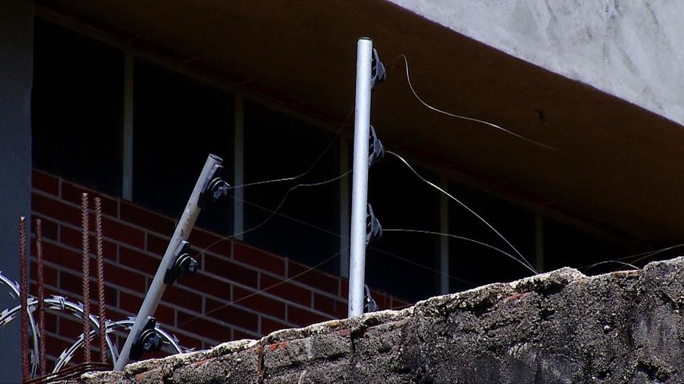 Parte da cerca elétrica da delegacia foi arrebentada pelos criminosos (Foto: Inter TV Cabugi/Reprodução)
