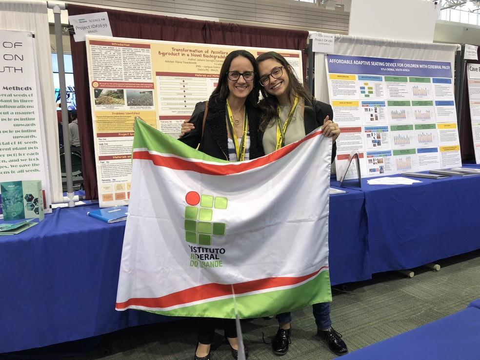 A professora orientadora Flávia Twardowski e Juliana na Genius Olympiad, em Nova York.  — Foto: Arquivo pessoal