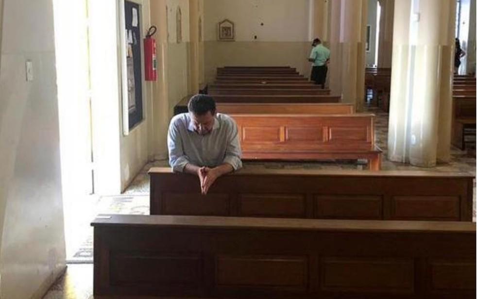 Marconi Perillo (PSDB) é visto rezando na Catedral Metropolitana de Goiânia logo após sair da PF — Foto: Reprodução/TV Anhanguera