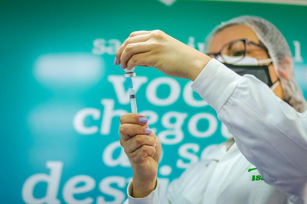 Rio Preto aplica primeira dose da vacina contra a Covid-19— Foto: Alex Rocha/PMPA