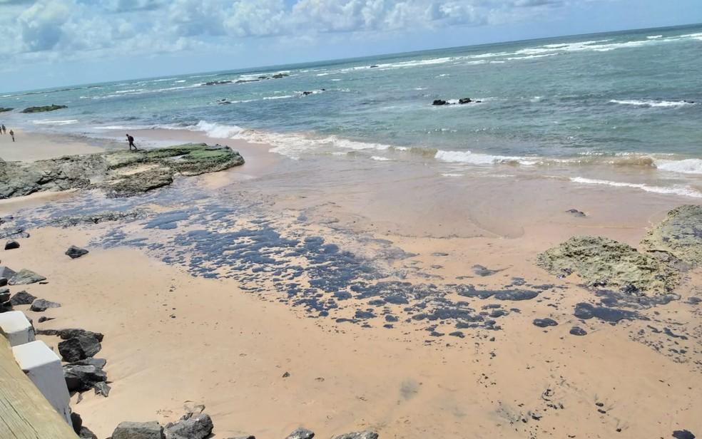 Manchas de óleo chegam à praia da Pituba, em Salvador — Foto: Alan Oliveira/G1 BA