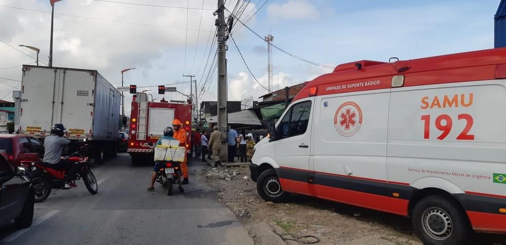 Equipes do Samu e do Corpo de Bombeiros foram acionadas para a ocorrência, que causou um grande congestionamento. — Foto: Leábem Monteiro