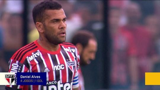 """Juanfran no banco? Xico Sá pede volta de Daniel Alves para a lateral: """"Erro de quem contratou"""""""