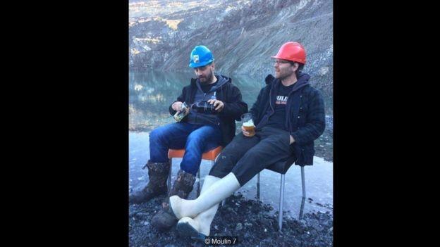 Yan St-Hilaire (à esquerda) e Danick Pellerin (à direita) fundaram uma microcervejaria bem-sucedida, a poucos metros da borda da mina (Foto: MOULIN 7 via BBC News Brasil)