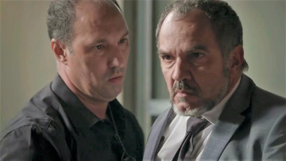 Germano (Humberto Martins) recebe ordem de prisão — Foto: TV Globo
