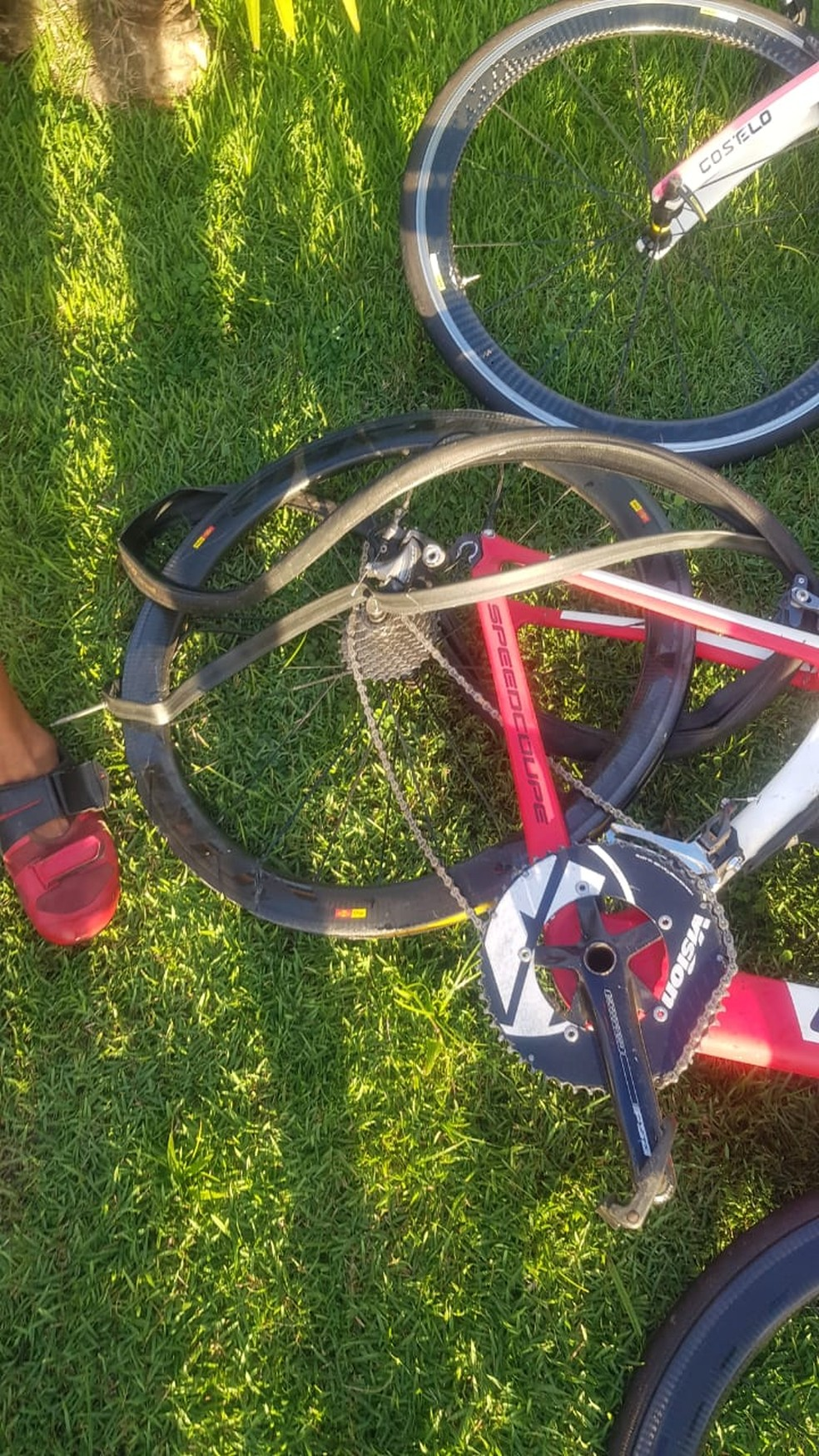 Com o acidente, bicicletas ficaram retorcidas — Foto: Reprodução