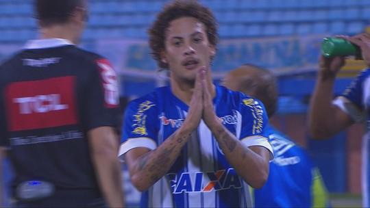 """Insistência no treino e inspiração: Guga segue conselho do pai e faz gol """"à la Marquinhos"""""""