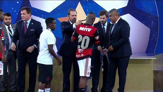 """Vinicius Jr. e mais rubro-negros """"rejeitam"""" medalha e são criticados por Nalbert"""