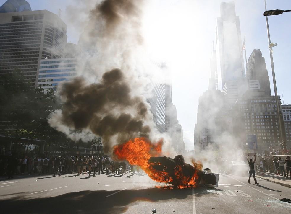 Manifestantes incendeiam viatura policial em Filadélfia, nos EUA, neste sábado (30) — Foto: Yong Kim/The Philadelphia Inquirer via AP