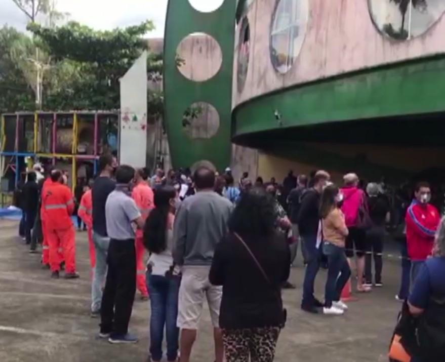 Cubatão registra filas de 2 horas no 1º dia de vacinação contra a Covid-19 para pessoas com 50 anos