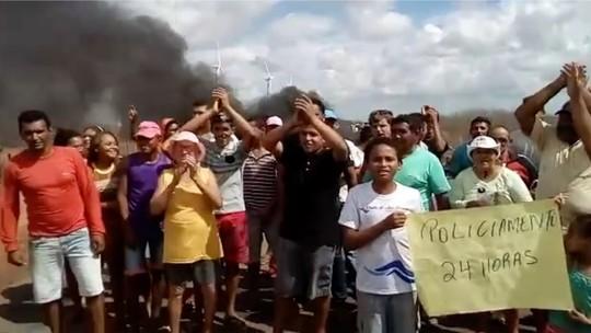 Em protesto contra insegurança, moradores queimam pneus e interditam a RN-120