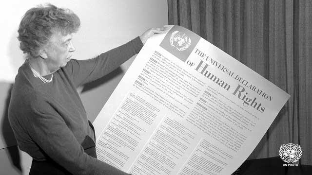 A então primeira dama dos EUA, Eleanor Roosevelt, posa para foto com imagem da Declaração Universal de Direitos Humanos