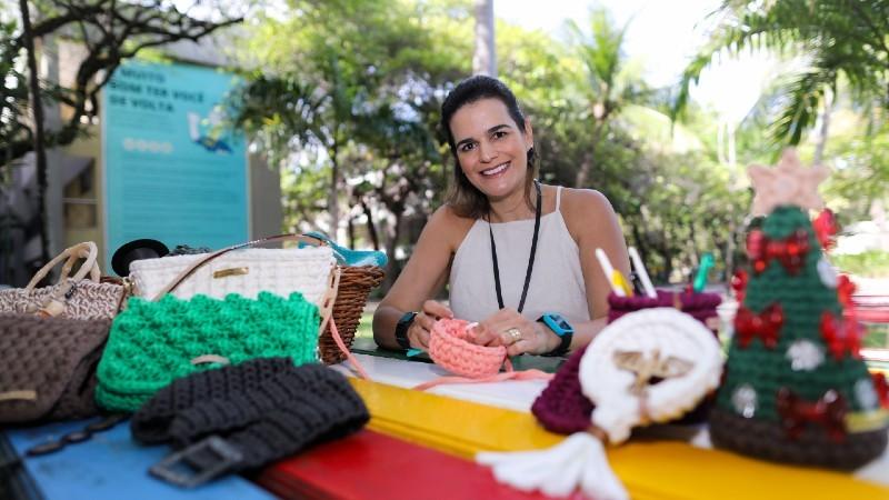A professora Cristina Santiago, do CCS, tece cuidados com o outro e artesanato