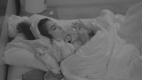 Elana deita em silêncio enquanto sisters dormem no Quarto Diamante