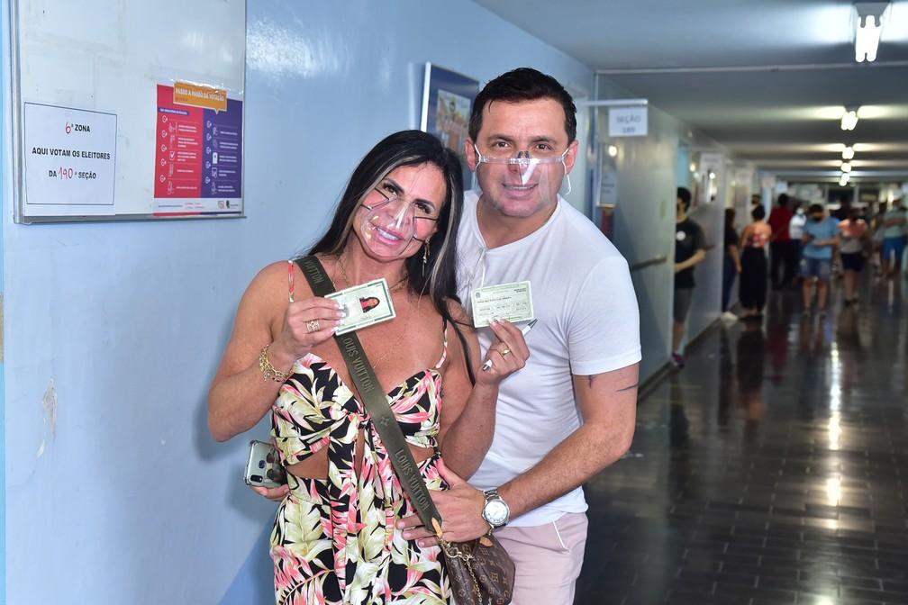 Gretchen acompanhada do marido, Esdras de Souza, vota no bairro da Aclimação, em São Paulo — Foto: Leo Franco/AgNews