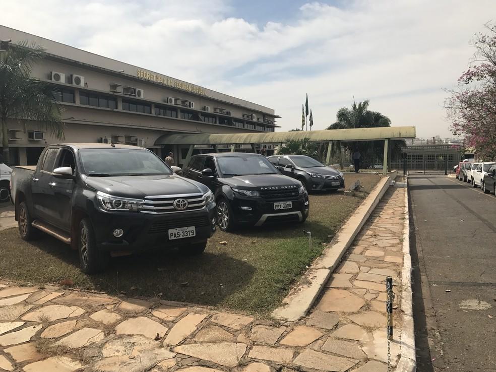 Com o grupo, polícia apreendeu oito carros importados; suspeitos moravam em condomínios de luxo (Foto: Vitor Santana/G1)
