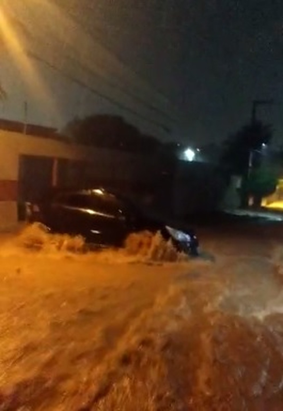 Carro é levado pela força da água no Cariri — Foto: Reprodução