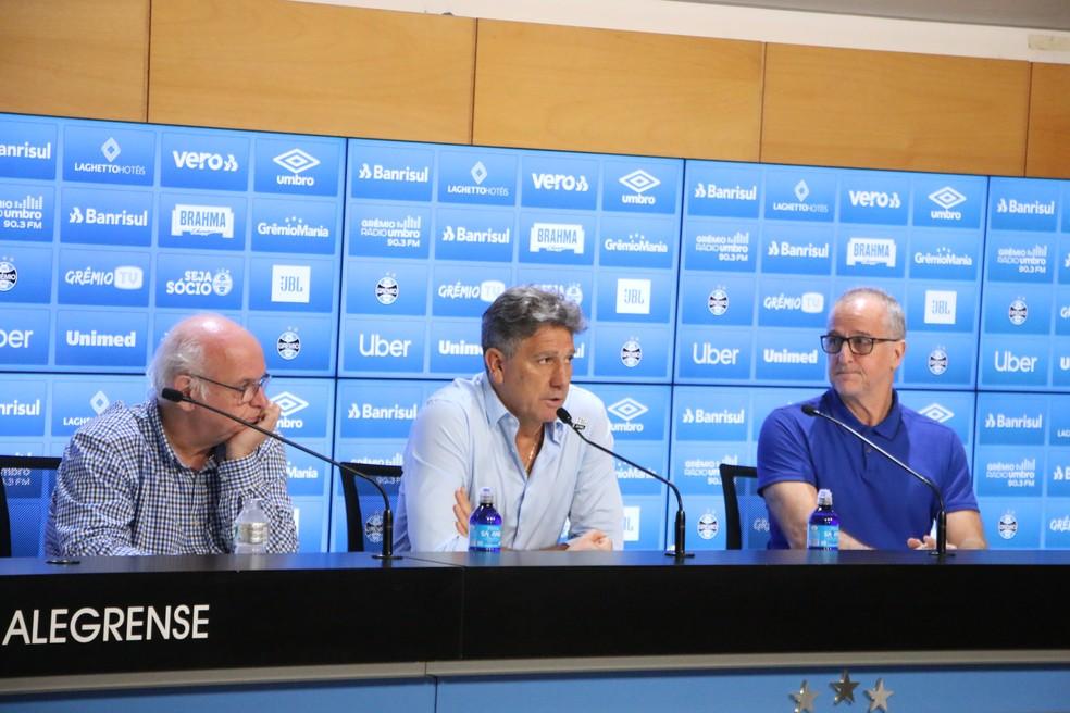 Presidente Romildo Bolzan, Renato Gaúcho e vice de futebol Duda Kroeff analisam futuro do Grêmio — Foto: Eduardo Moura