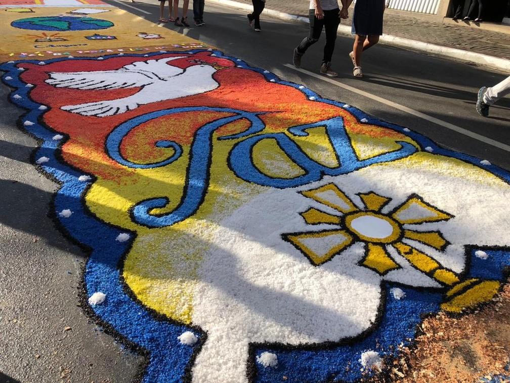 Em São Gonçalo (RJ), tapete de Corpus Christi pede por paz (Foto: Carlos Brito/G1)