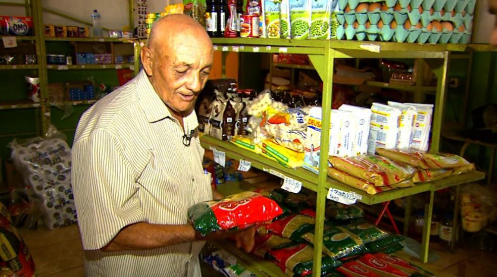 Antônio Vicente da Silva comprou macarrão por R$ 3 e doou para leilão da igreja, em Ituverava, SP — Foto: Carlos Trinca/EPTV