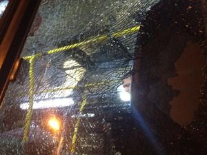 Mulher que ficou ferida estava dentro de um ônibus (Foto: Gabriel Barreira / G1)