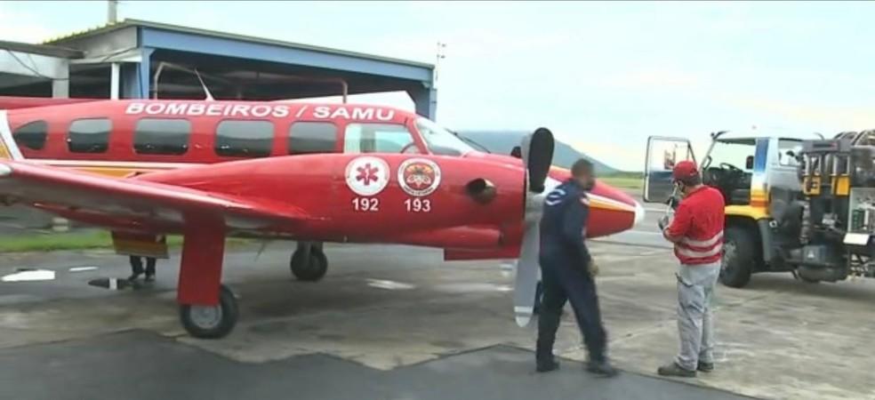Aeronave Arcanjo decolou às por volta das 8h30 de Florianópolis e desembarcou na cidade de Chapecó. De lá, o Corpo de Bombeiros viaja até o Espírito Santo — Foto: Reprodução/NSC TV