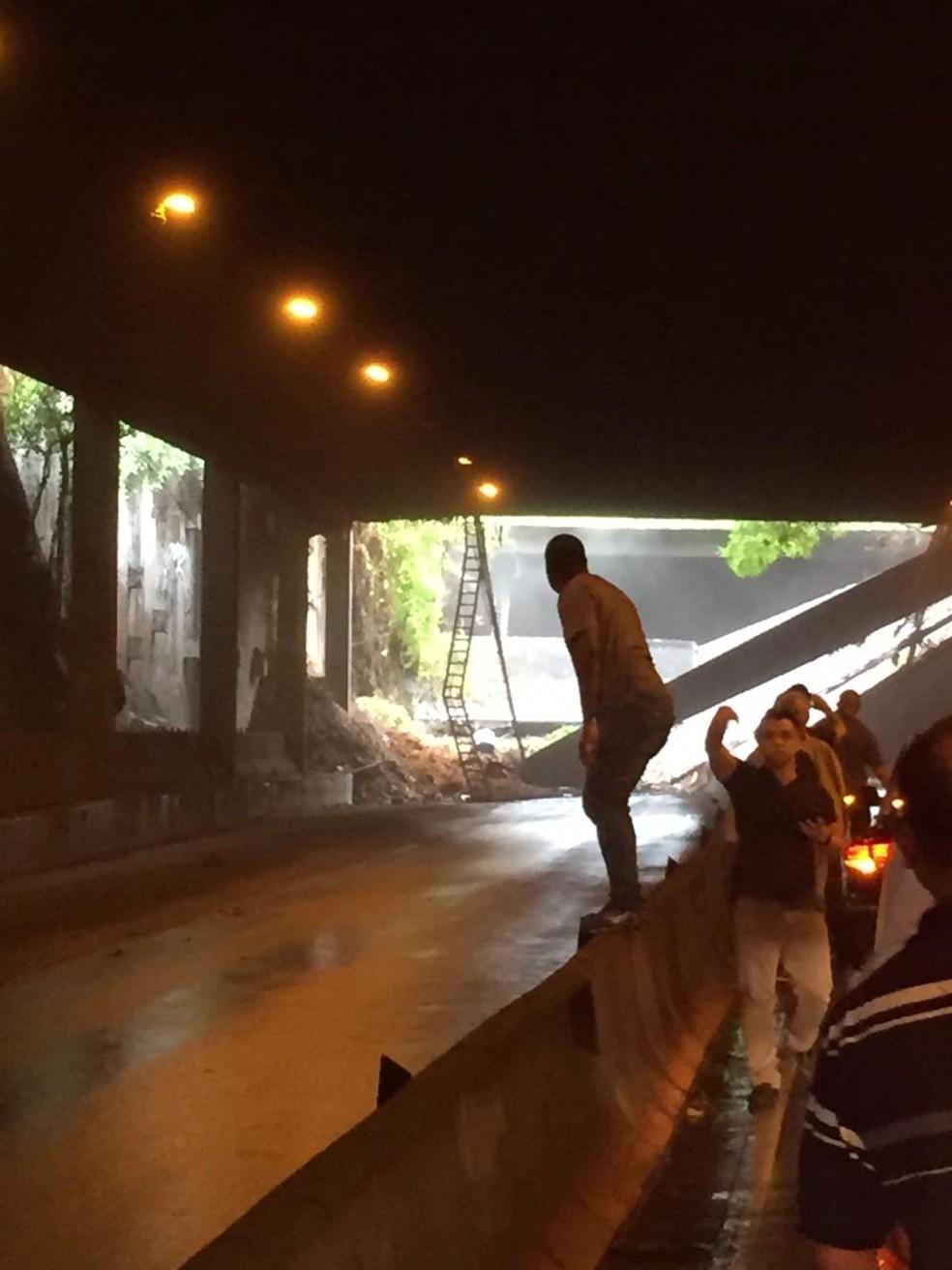 Parte do teto desaba no Túnel Acústico  — Foto: Reprodução / TV Globo