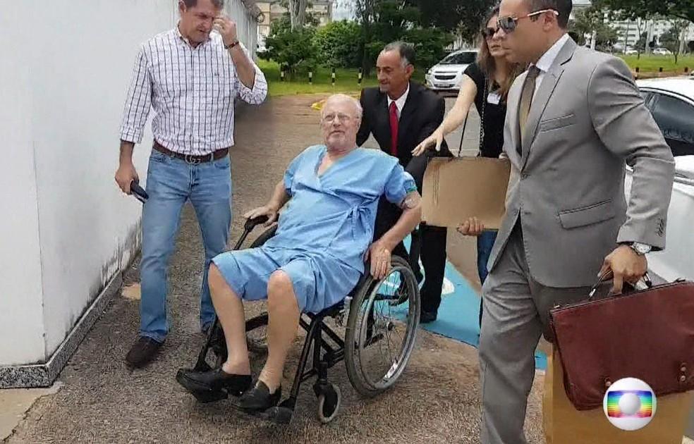 O ex-deputado Paulo Maluf ao deixar hospital em Brasília, em 17 de abril (Foto: Reprodução/TV Globo)