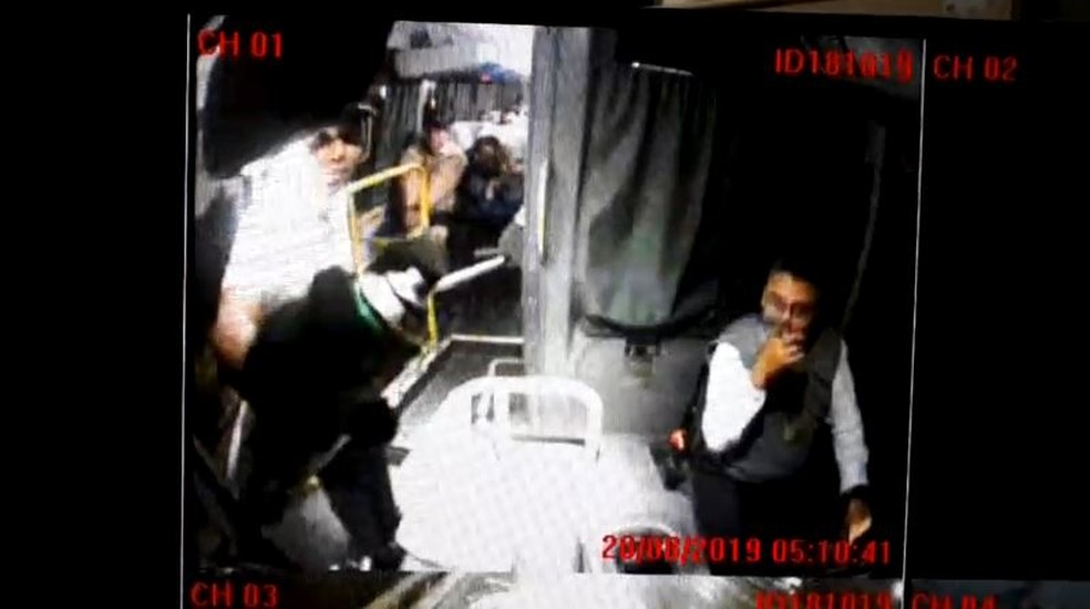 Sequestrador de ônibus na Ponte usa spray para inutilizar câmera — Foto: Reprodução/Arquivo Pessoal
