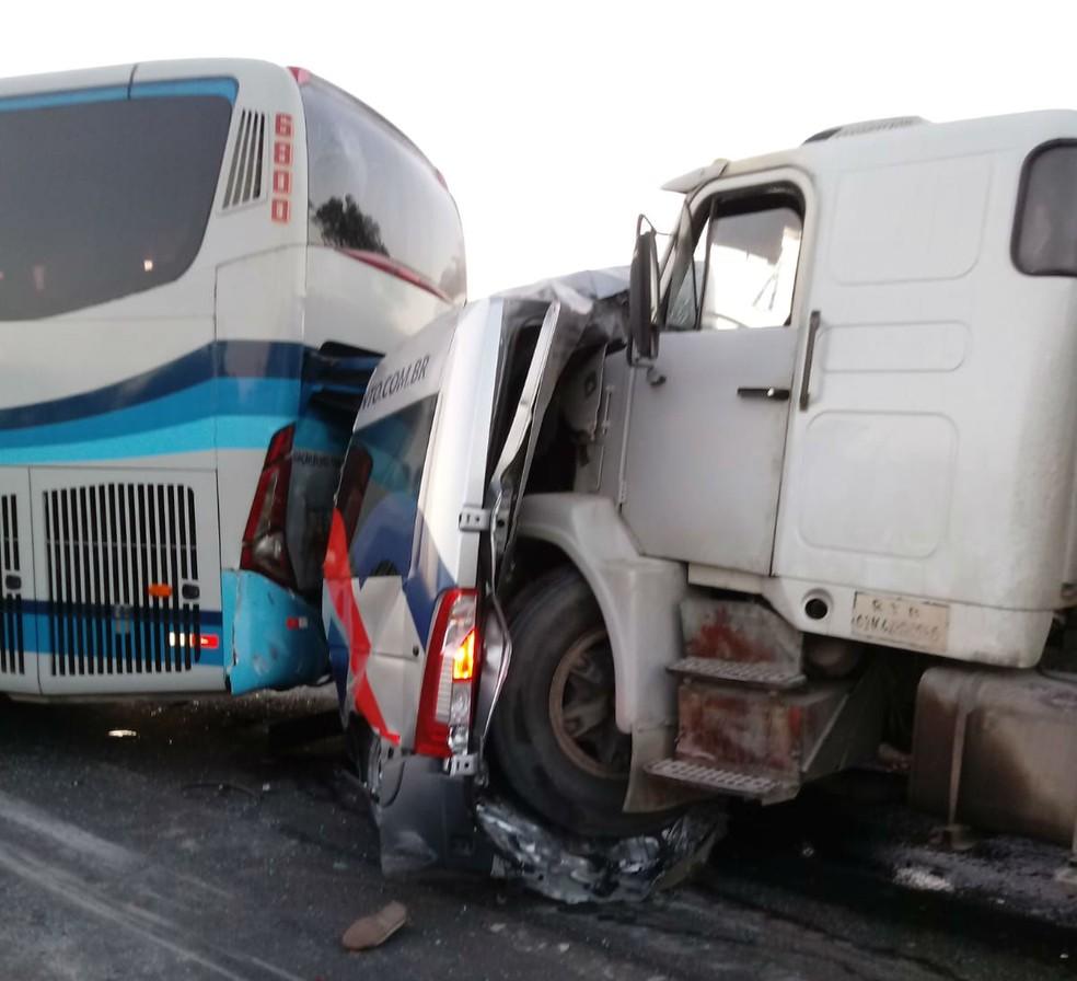 Acidente deixou van prensada entre um ônibus e um caminhão — Foto: Arquivo Pessoal