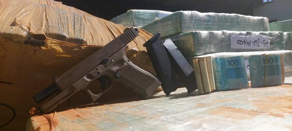 Pistola e dinheiro apreendidos em caminhão em Campo Grande  Foto: BPMRv/Divulgação