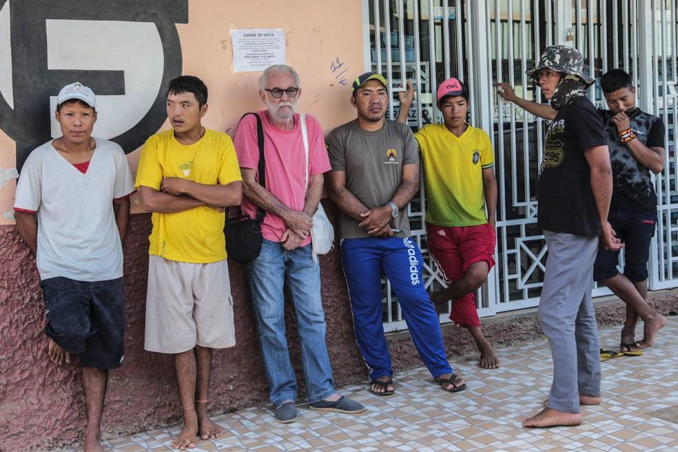 Visita foi acompanhada por representantes da Funai, um intérprete (camiseta cinza) e o sertanista José Carlos Meirelles (camiseta rosa) (Foto: Gleilson Mirada/Secom-AC)
