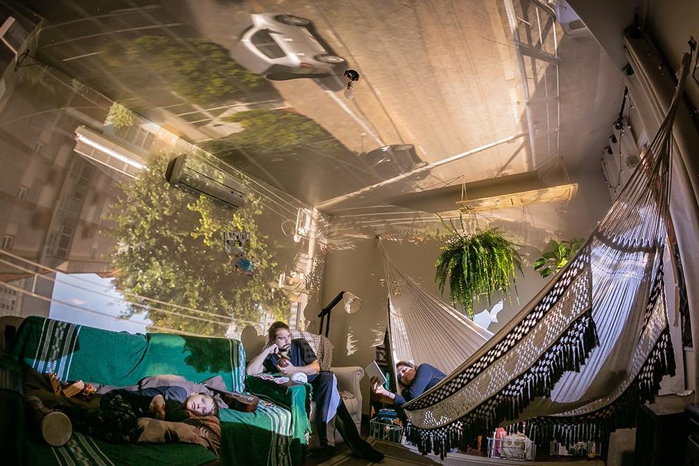Ensaio usa princípio da 'camera obscura' para fundir vista da janela com interior de casas durante a pandemia — Foto: Guilherme Santos/obs-cu-ra Pandemic Portraits