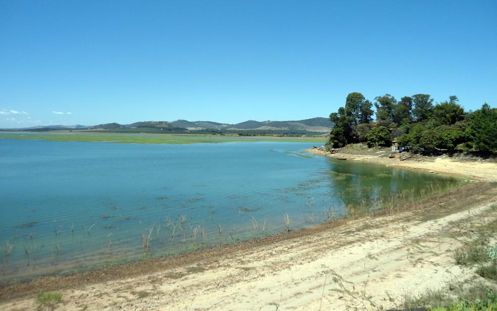 Margens aparentes do Lago de Furnas com nível do reservatório caindo em foto de 2013 — Foto: Samantha Silva / G1
