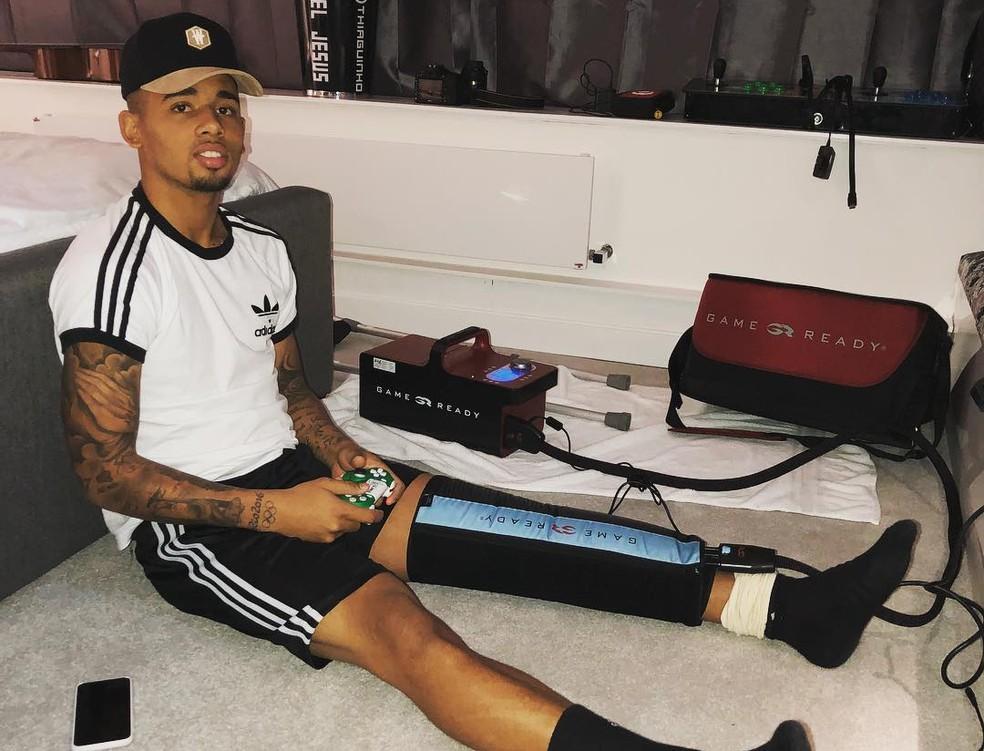 Gabriel Jesus tem usado uma máquina para para ajudar na recuperação da lesão no joelho (Foto: Reprodução / Instagram)