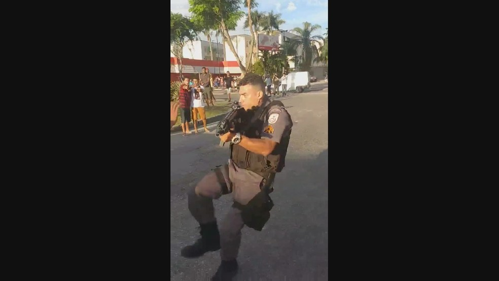 Imagem mostra policial chutando uma pessoa durante a manifestação.  — Foto: Reprodução/Redes sociais