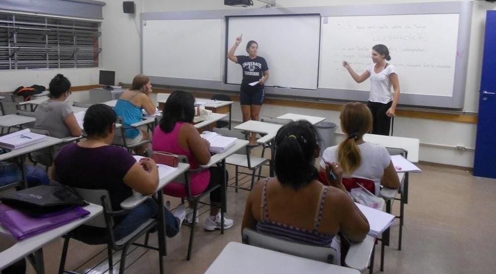 No Projeto Aprender, os estudantes do ensino médio regular viram professores voluntários de jovens e adultos no período noturno — Foto: Divulgação/Colégio Pueri Domus