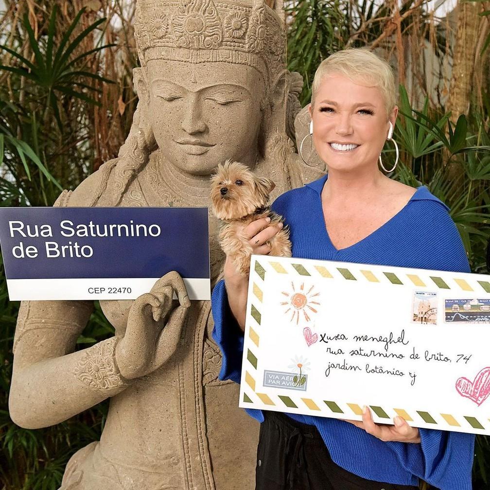 """Xuxa mostra placa com endereço para o qual cartas eram enviadas na época do programa """"Xou da Xuxa"""" — Foto: Reprodução/Instagram"""
