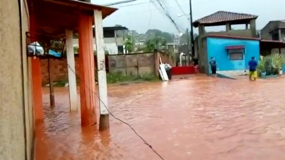 Chuva causa alagamentos em Nova Iguaçu, na Baixada Fluminense — Foto: Reprodução/ TV Globo