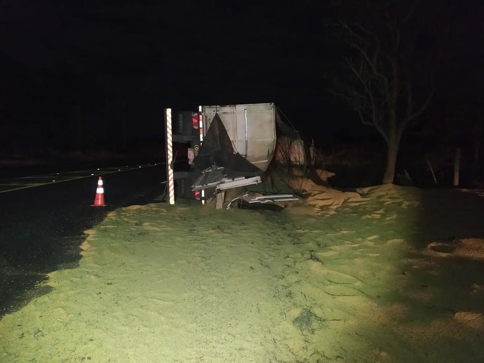 Tombamento de caminhão foi registrado na Rodovia Homero Severo Lins (SP-284), em Rancharia — Foto: Polícia Rodoviária