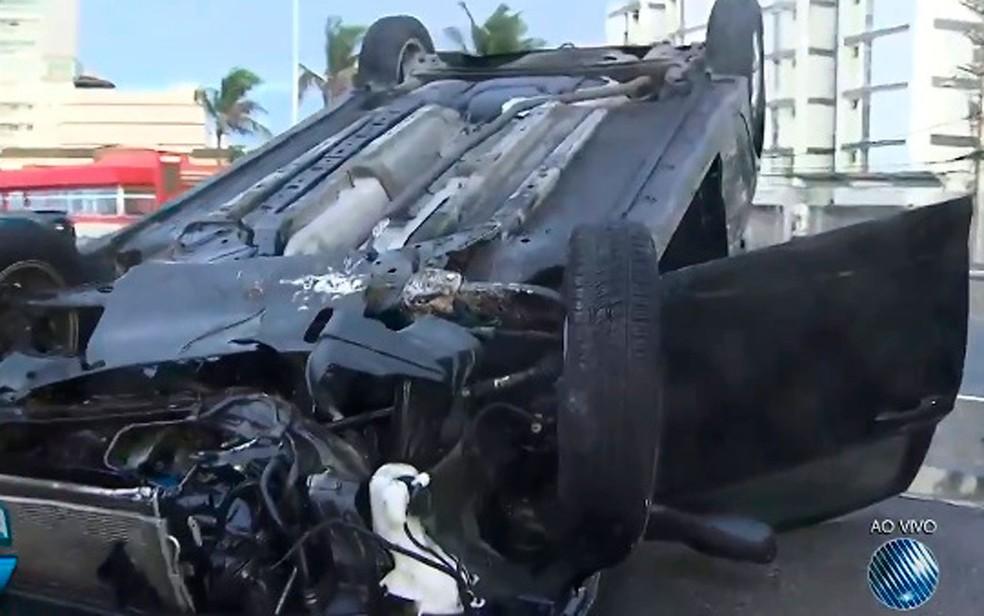 Carro capota na orla do Jardim dos Namorados, em Salvador (Foto: Reprodução / TV Bahia)