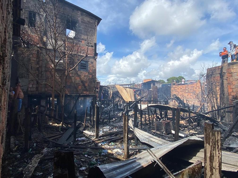 Casas são atingidas por incêndio na Zona Sul de Manaus — Foto: Carolina Diniz/G1 AM
