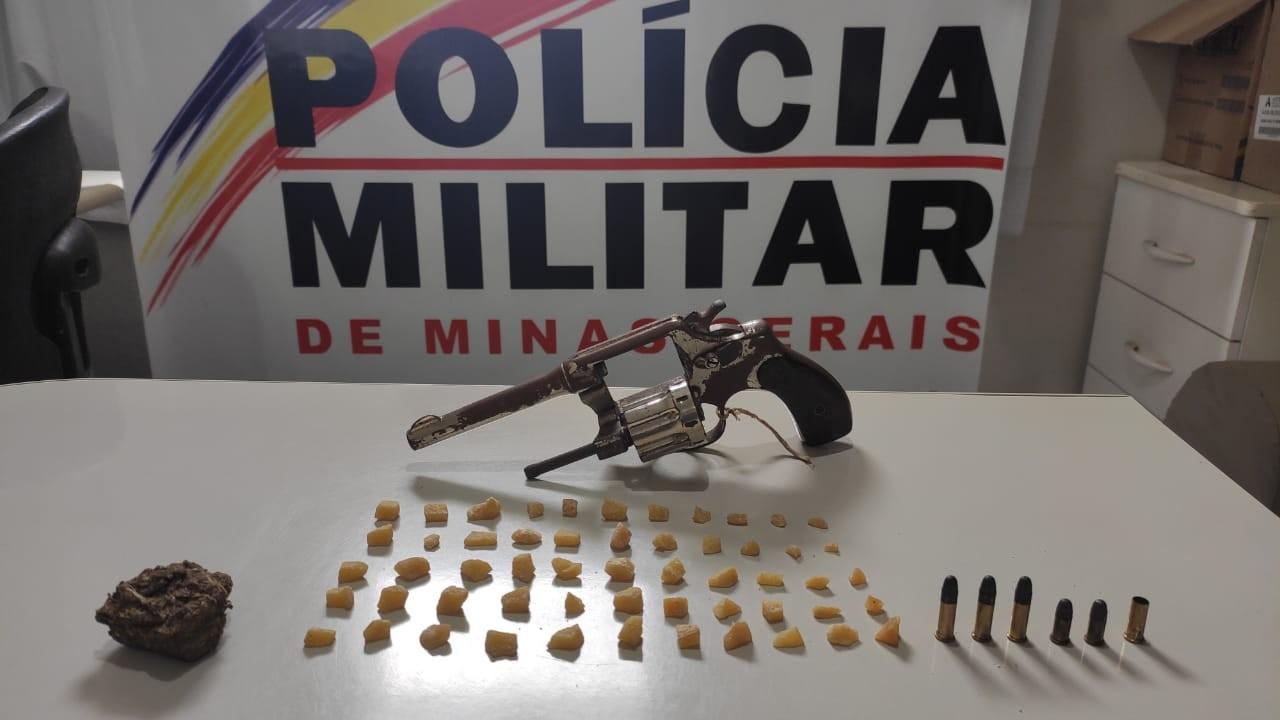 Arma, drogas e dinheiro são apreendidos pela PM no Bairro Brasília em Arcos; duas pessoas foram detidas