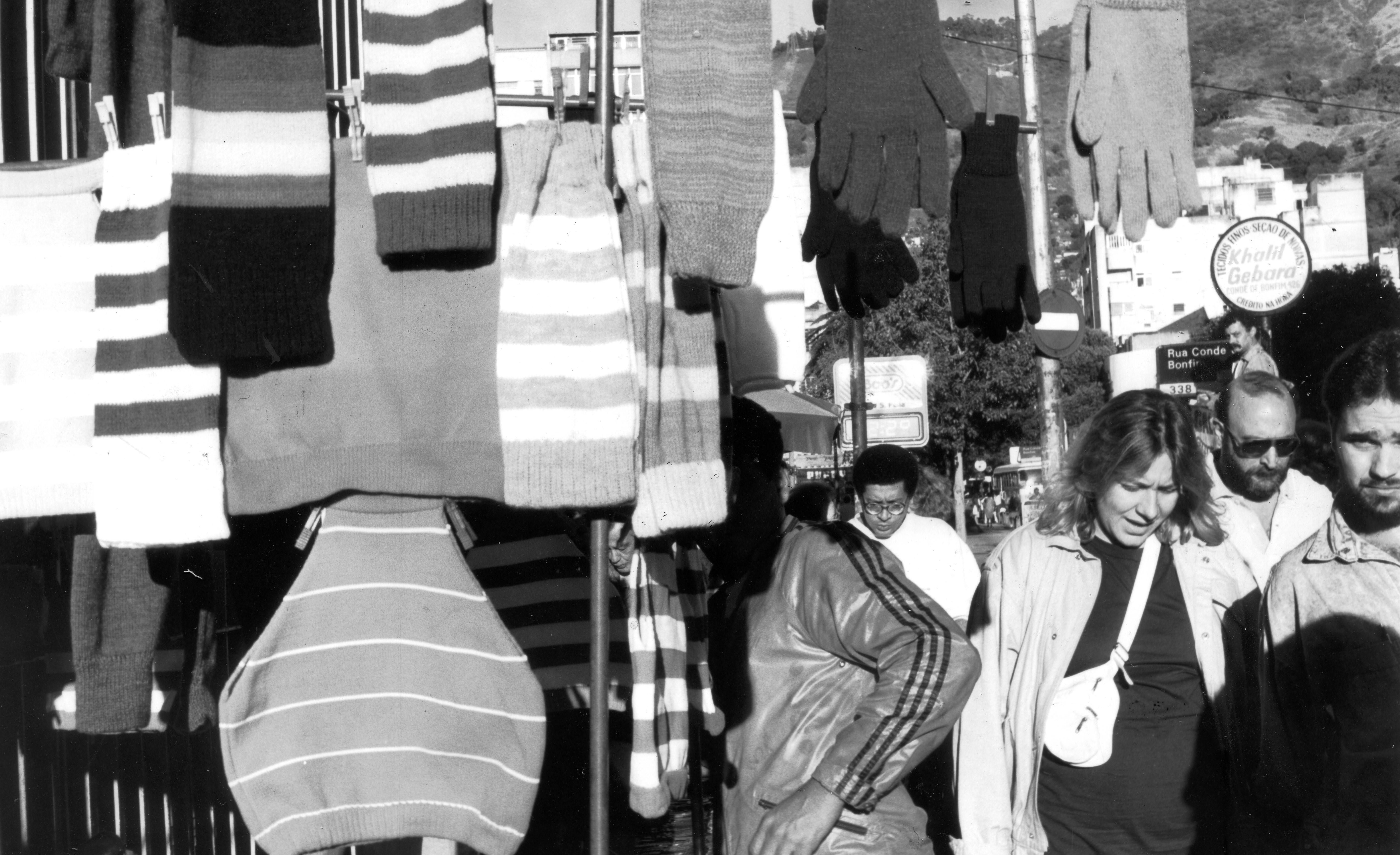 Luvas, gorros e cachecol à venda no camelô da praça Saens Peña, na Tijuca, em 1989
