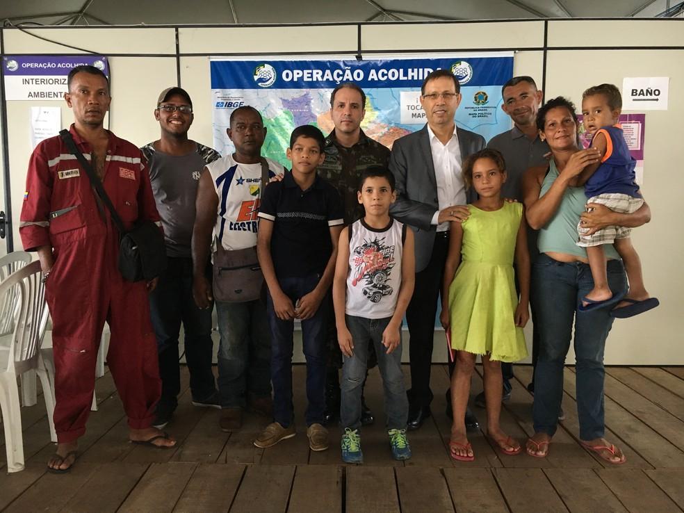 Bilionário Carlos Wizard (ao centro) acolhe venezuelanos recém-chegados ao Brasil — Foto: Emily Costa / G1 RR