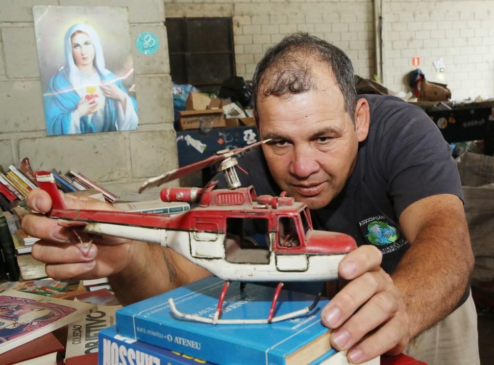 Seo Dirceu se diverte diarimente com as peças do museu  — Foto: Giuliano Gomes/PR Press