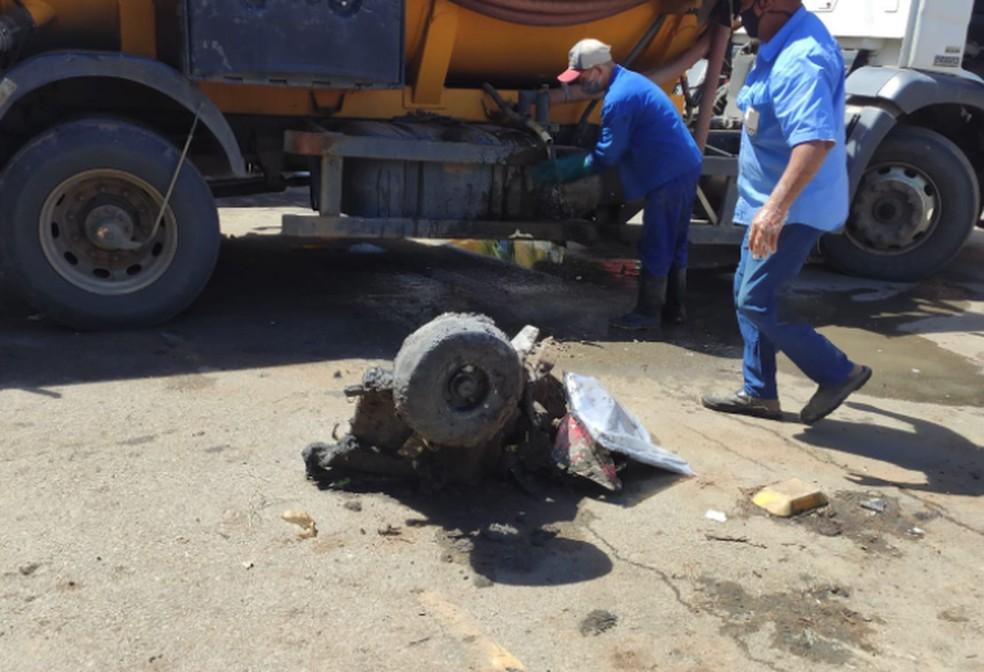 Parte da aeronave encontrada no mangue neste domingo — Foto: PMA