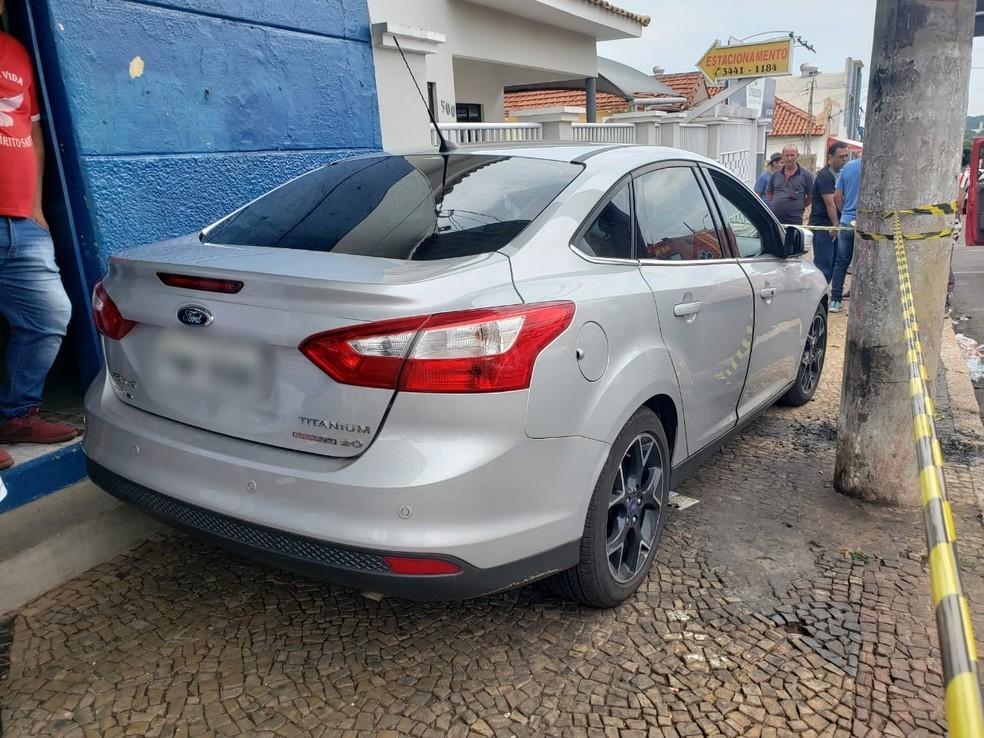 Motorista perdeu o controle e carro chegou a subir na calçada em Tupã — Foto: Arquivo pessoal/João Trentini